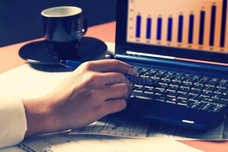 Trabajador que usa la computadora portátil imágenes de archivo libres de regalías