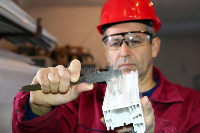 Trabajador que usa a Vernier Caliper fotografía de archivo