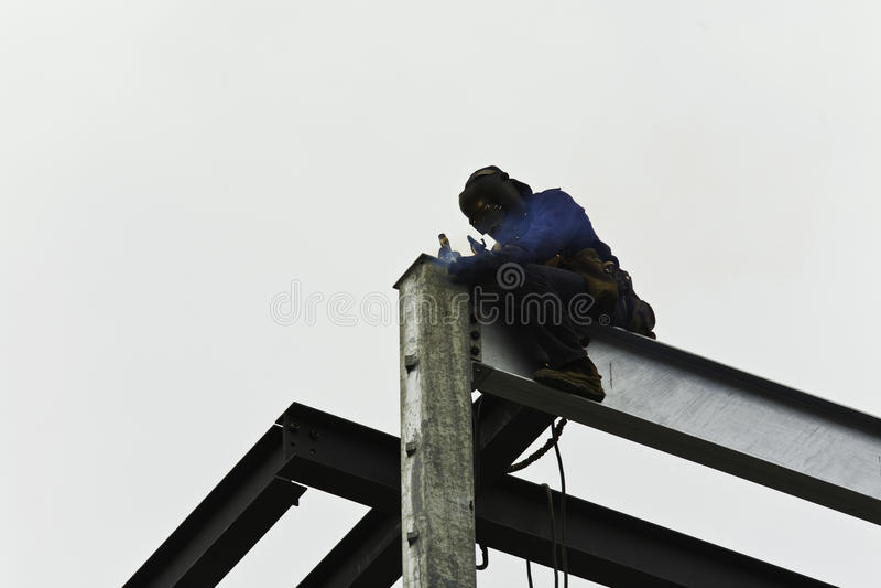 Trabajador siderúrgico que construye el edificio imagen de archivo