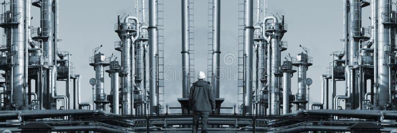 Trabajador solo en el fron de la refinería gigante panorámico fotografía de archivo libre de regalías