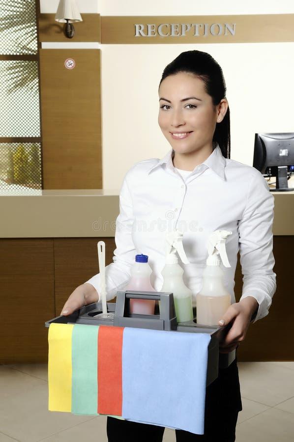 Trabajador sonriente que limpia el hotel imagen de archivo