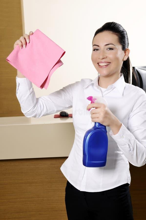 Trabajador sonriente que limpia el hotel fotografía de archivo libre de regalías