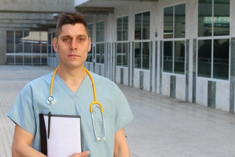Trabajador trabajado demasiado de la atención sanitaria que parece agotado imagen de archivo libre de regalías