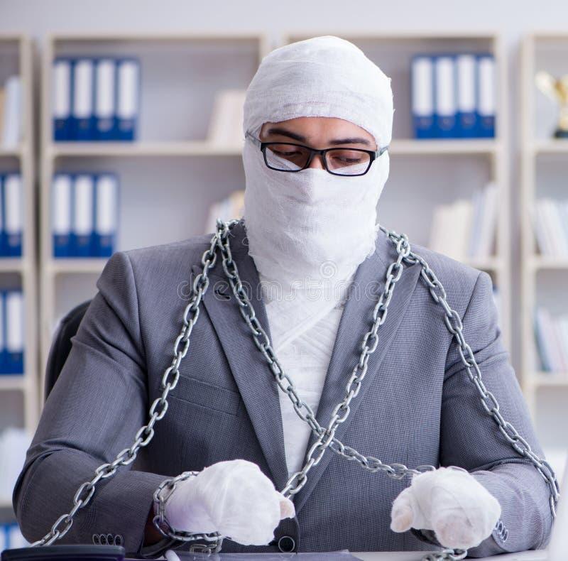 Trabajador vendado del hombre de negocios que trabaja en la oficina que hace paperwor foto de archivo