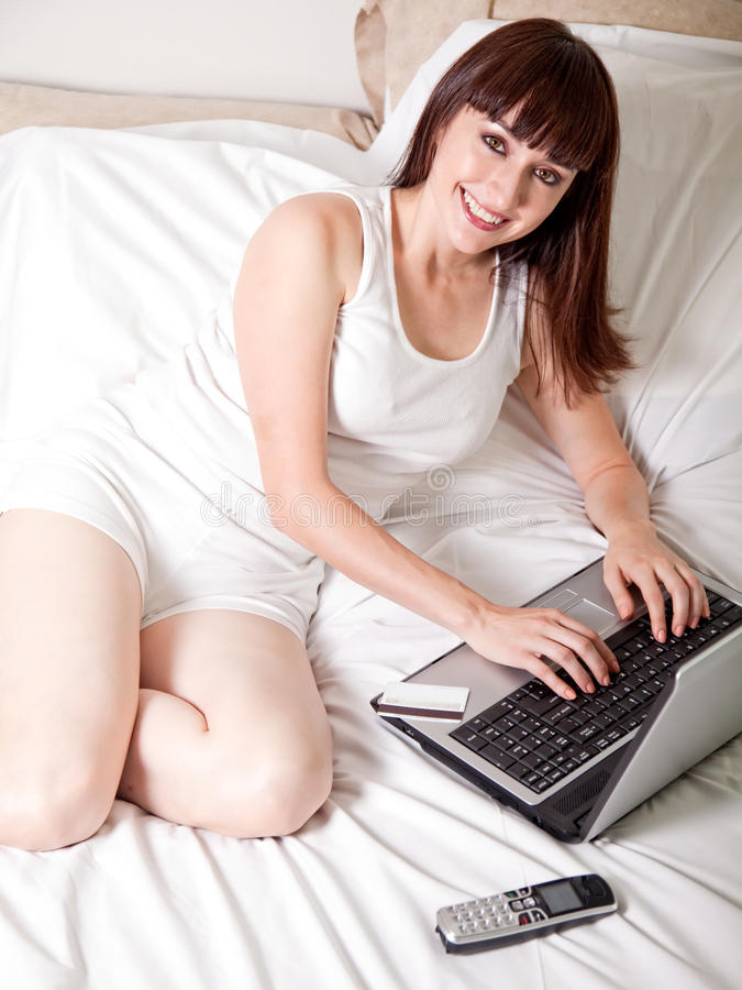 Trabajadora atractiva que enrolla abajo imagen de archivo