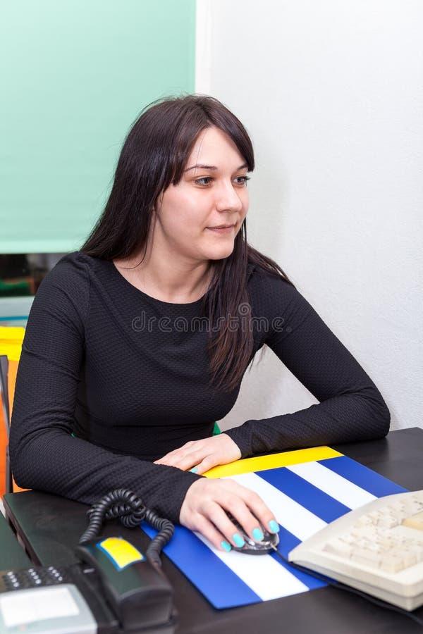 Trabajadora que mira la pantalla de monitor imagen de archivo libre de regalías