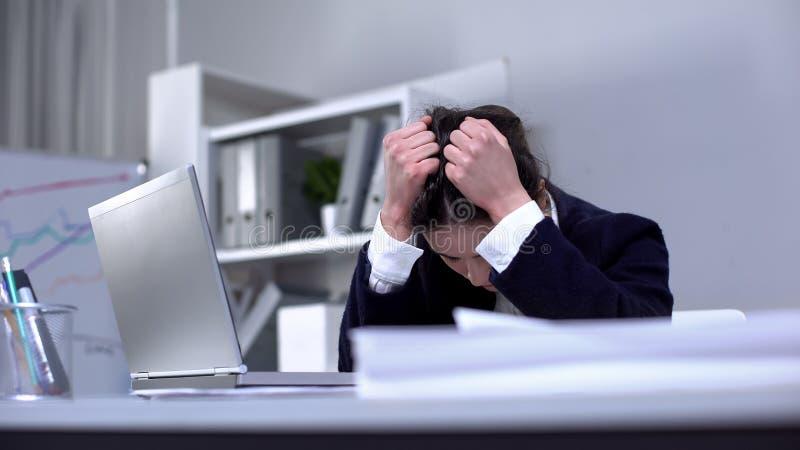 Trabajadoras de oficina que sufren fuerte depresión, agotamiento profesional, estrés imágenes de archivo libres de regalías