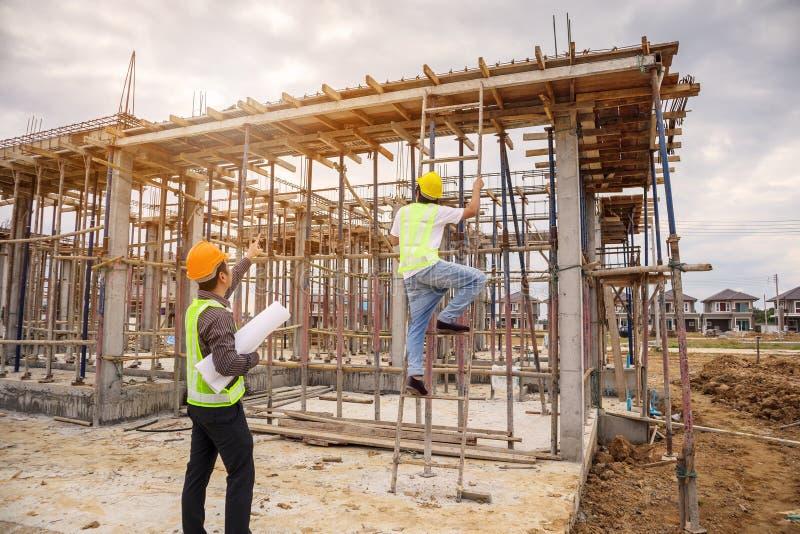 Trabajadores asiáticos del ingeniero de construcción del hombre de negocios en el solar fotos de archivo libres de regalías