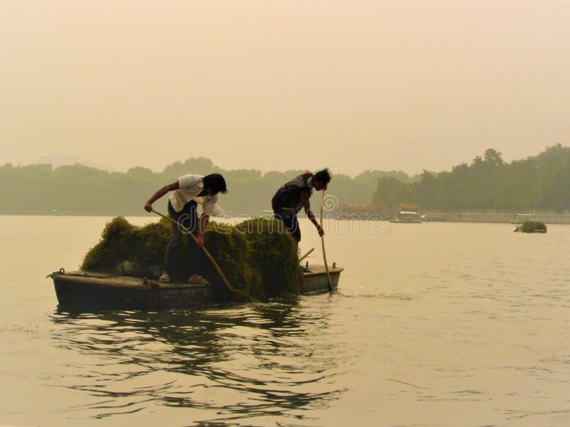 Trabajadores chinos, luminiscencia, desvanecimiento y lago fotografía de archivo