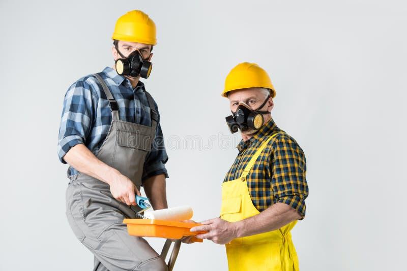 Trabajadores con el rodillo de pintura fotos de archivo libres de regalías