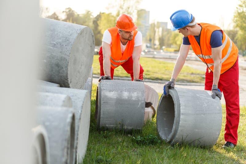 Trabajadores con los tubos concretos foto de archivo libre de regalías
