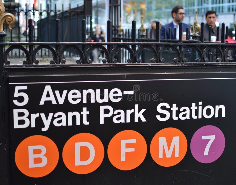 Trabajadores corporativos de los hombres de negocios de la muestra del subterráneo de Bryant Park NewYork en el fondo fotografía de archivo libre de regalías