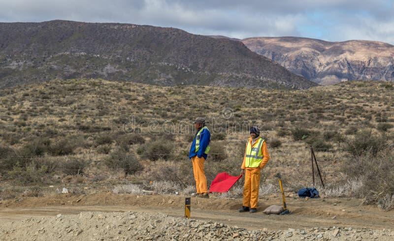 Trabajadores de construcción de carreteras afuera en un día de inviernos fotografía de archivo