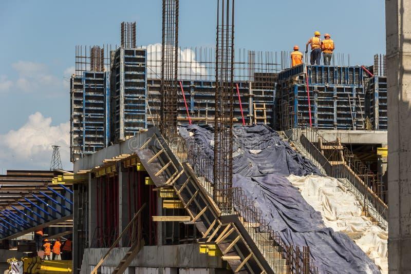 Trabajadores de construcción en el cielo imagen de archivo libre de regalías