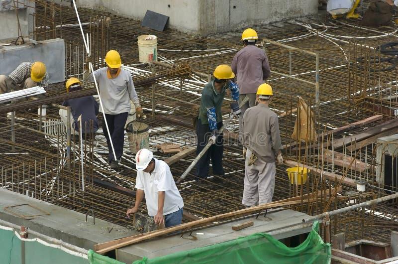 Trabajadores de construcción en el edificio alto