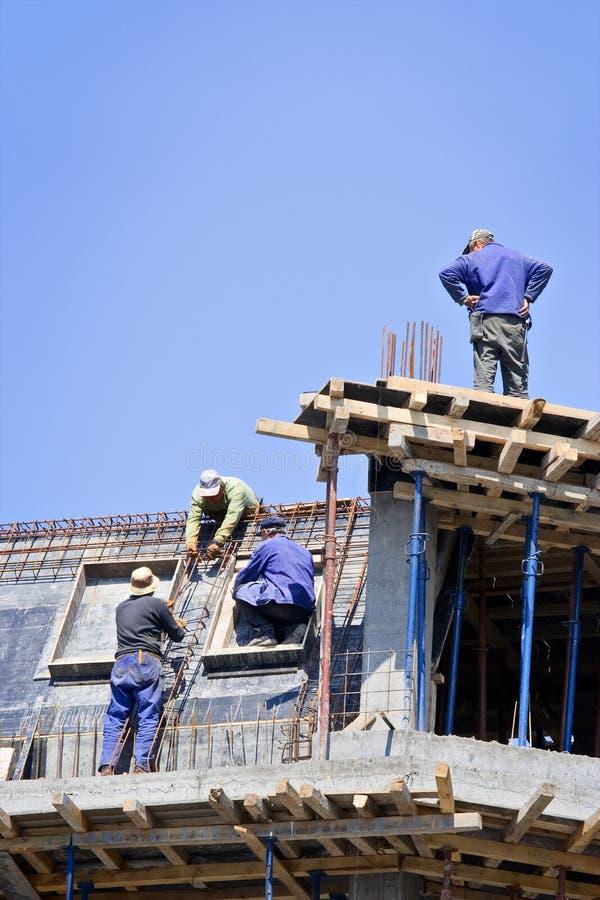 Trabajadores de construcción en el sitio fotografía de archivo
