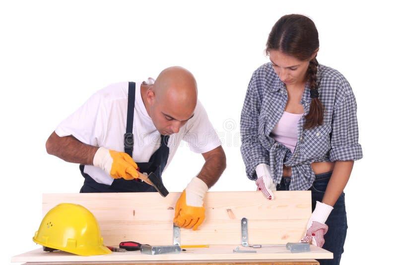 Trabajadores de construcción en el trabajo imagenes de archivo