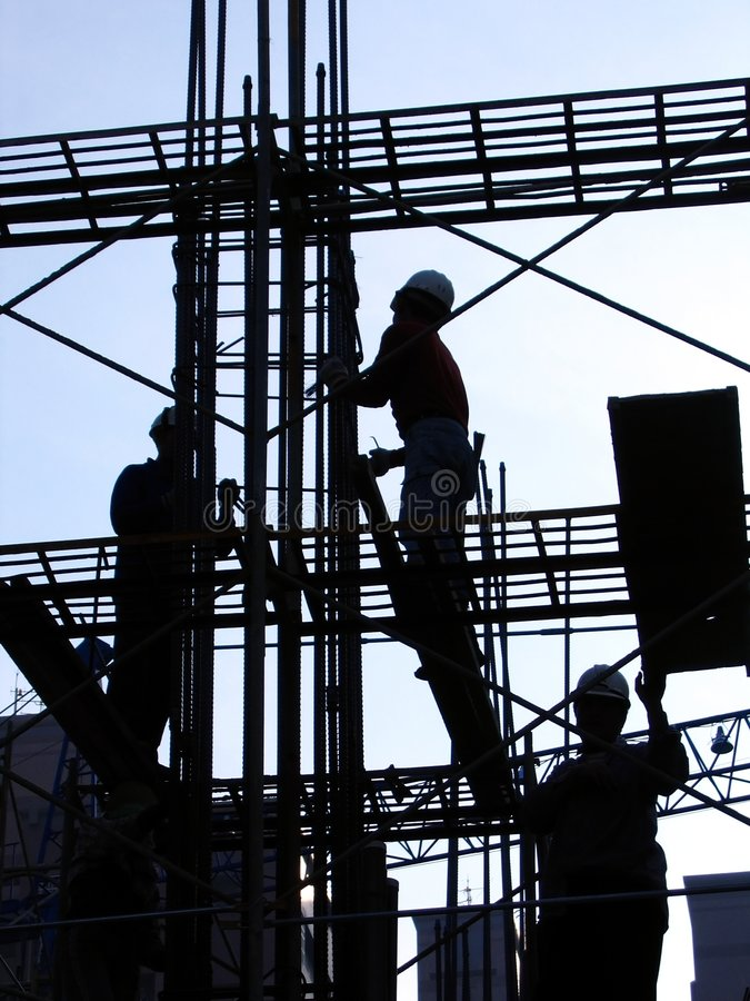 Trabajadores de construcción en esquema fotografía de archivo libre de regalías