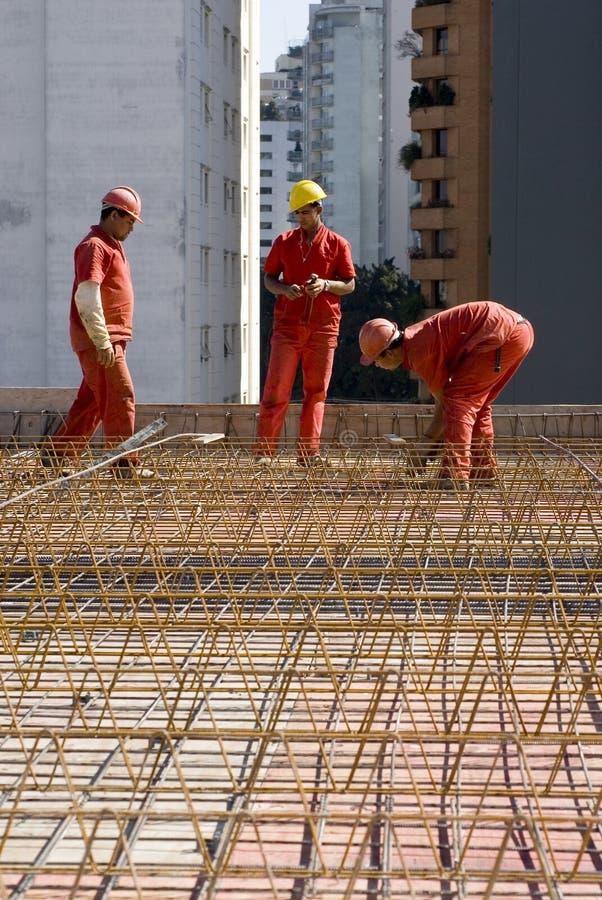 Trabajadores de construcciones en el sitio fotografía de archivo