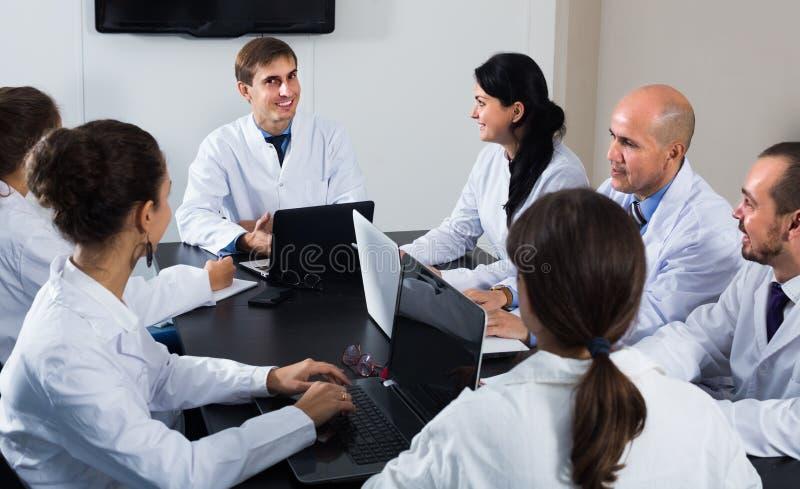 Trabajadores de la atención sanitaria en el coloquio foto de archivo libre de regalías