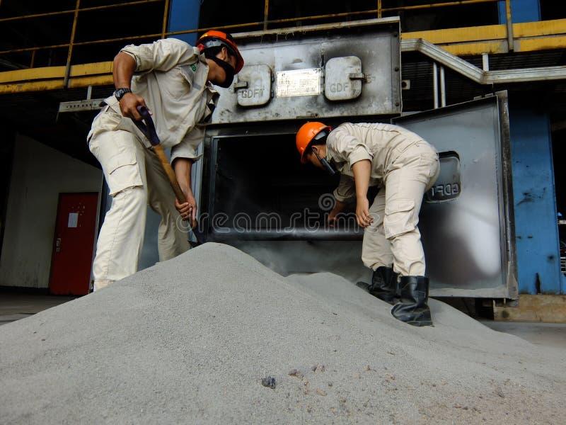 Trabajadores de la central eléctrica fotografía de archivo