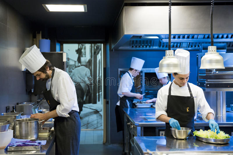 Trabajadores de la cocina fotos de archivo