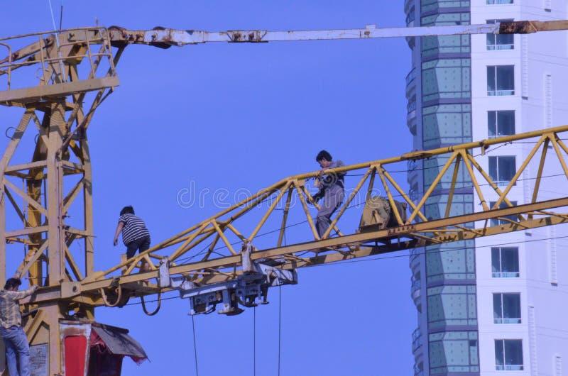 Trabajadores de la grúa imagen de archivo