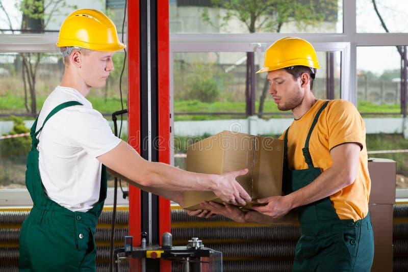 Trabajadores de la logística en el almacén foto de archivo