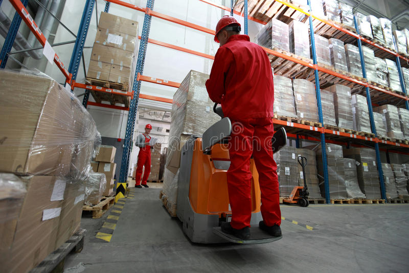 Trabajadores de la logística en el trabajo en almacén fotografía de archivo libre de regalías