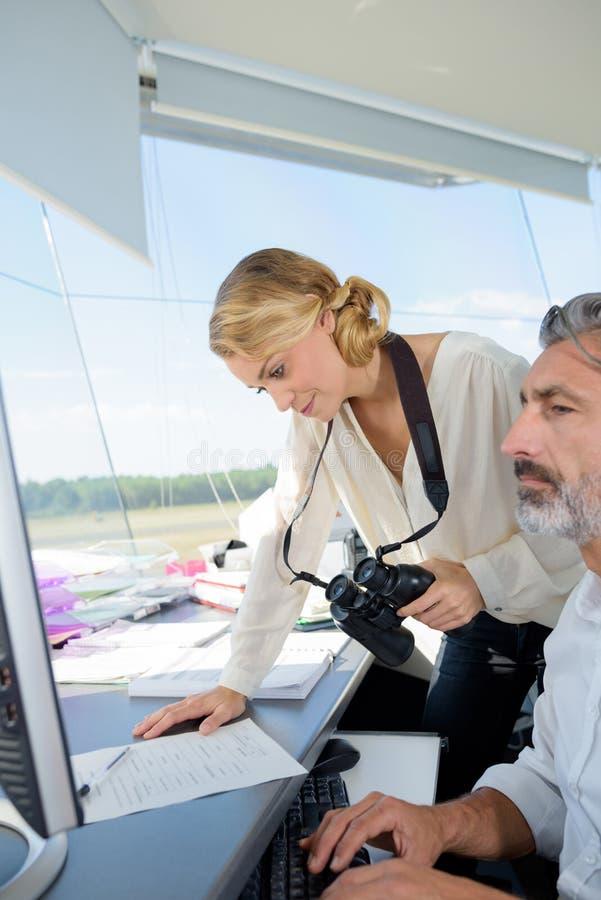 Trabajadores de la torre de control en el aeropuerto imágenes de archivo libres de regalías