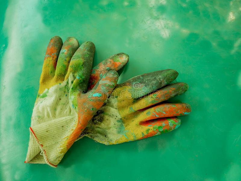 Trabajadores de los guantes que pintan el equipo protector fotos de archivo
