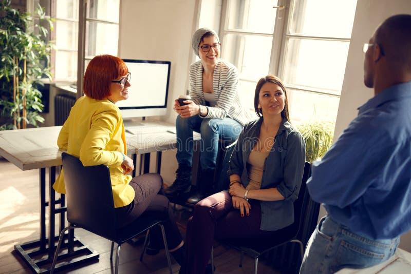 Trabajadores de sexo femenino con el encargado en oficina imágenes de archivo libres de regalías