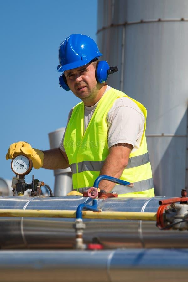 Download Trabajadores del aceite imagen de archivo. Imagen de industrial - 41905663