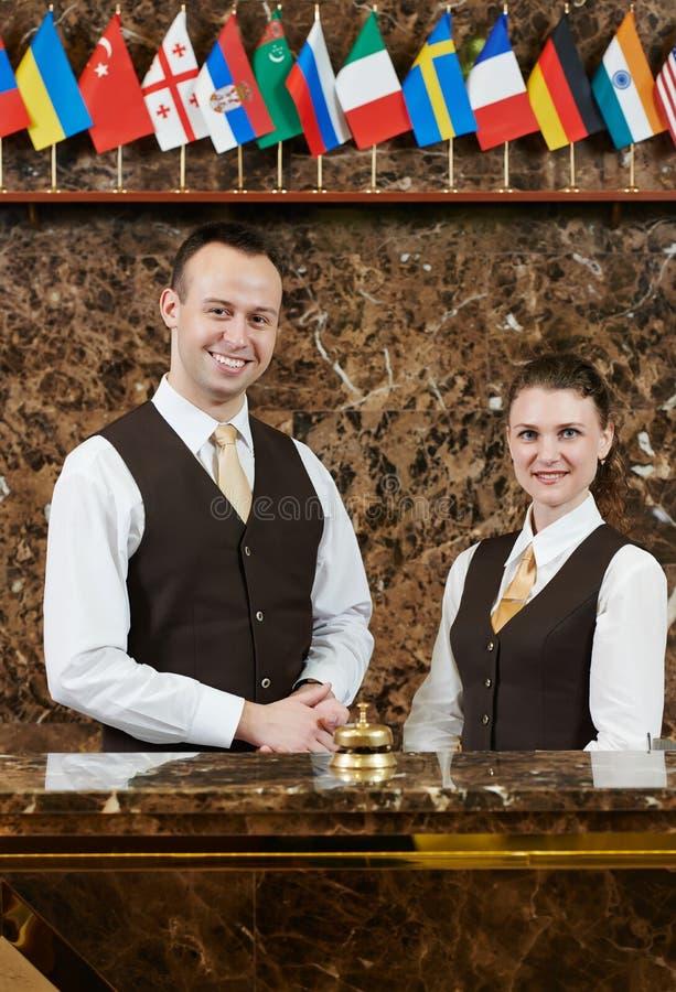 Trabajadores del hotel en la recepción fotos de archivo
