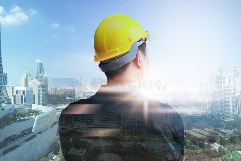 Trabajadores del ingeniero en el fondo del paisaje urbano en fondo Exposici?n doble fotografía de archivo