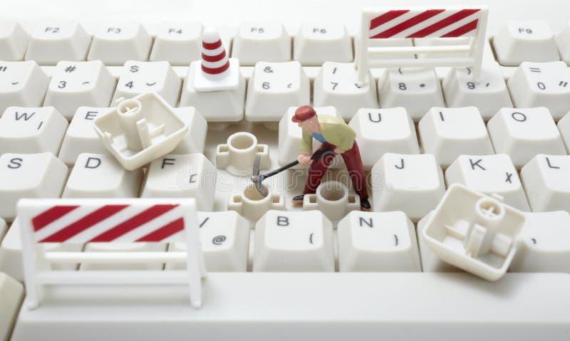 Trabajadores del juguete que reparan el teclado de ordenador fotografía de archivo libre de regalías