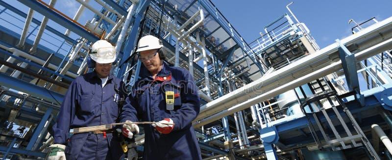 Trabajadores del petróleo y construcción de la tubería imagenes de archivo
