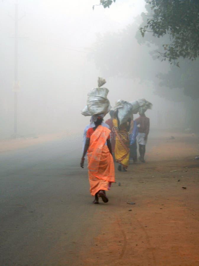 Trabajadores emigrantes en la India rural imagenes de archivo