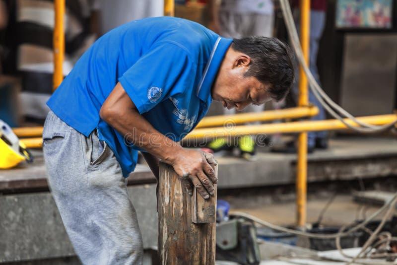 Trabajadores emigrantes que trabajan en emplazamiento de la obra fotos de archivo