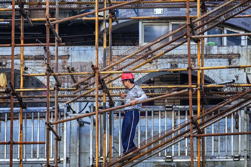 Trabajadores emigrantes que trabajan en emplazamiento de la obra imágenes de archivo libres de regalías