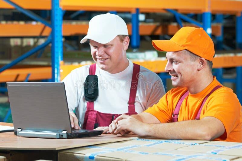 Trabajadores en almacén fotografía de archivo