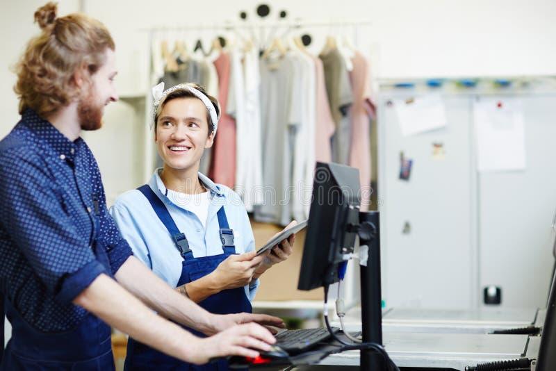 Trabajadores en casa de impresión fotos de archivo libres de regalías