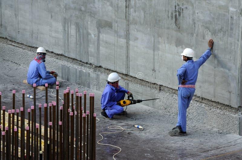 Trabajadores en el emplazamiento de la obra imagen de archivo libre de regalías