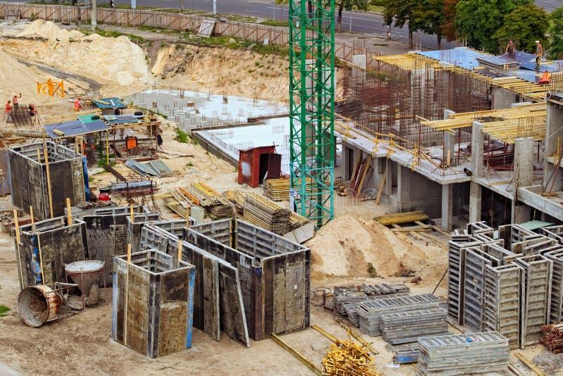 Trabajadores en el emplazamiento de la obra típico El proceso de construir un residencial de varios pisos fotografía de archivo