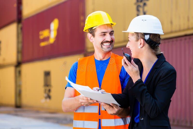 Trabajadores en la compañía de la logística que discute documentos imágenes de archivo libres de regalías
