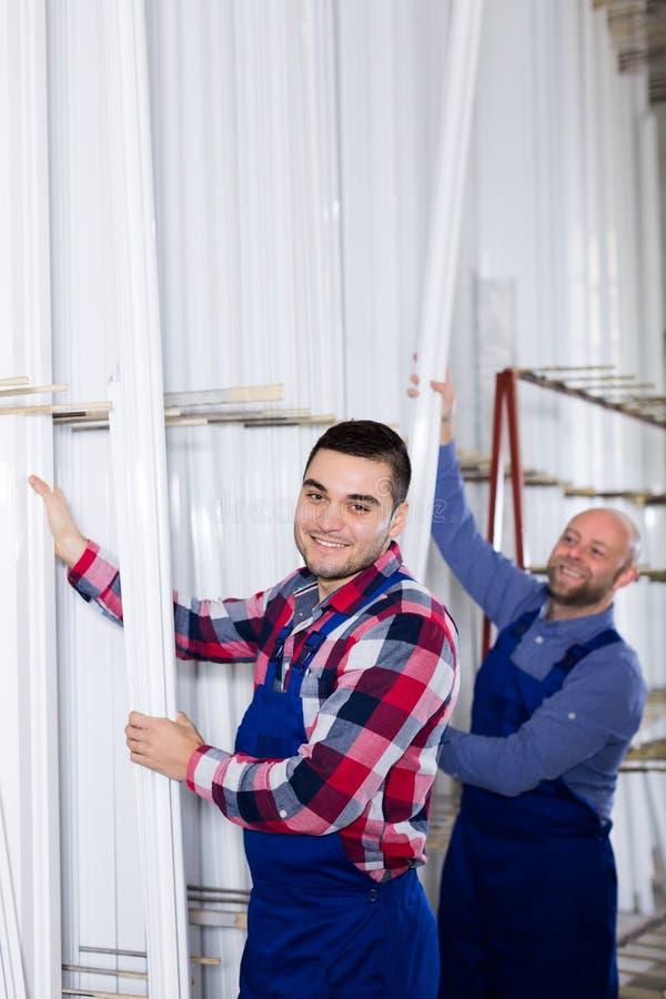 Trabajadores en la fábrica de la producción de la ventana fotografía de archivo libre de regalías