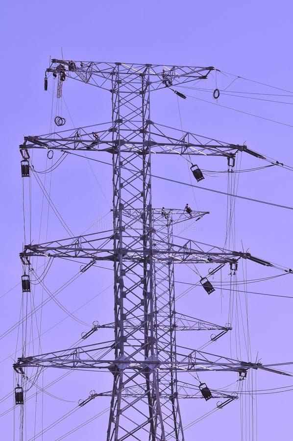 Trabajadores en postes de la electricidad imagenes de archivo