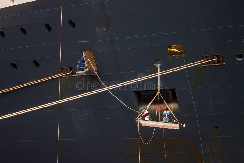 Trabajadores en un casco de una nave imágenes de archivo libres de regalías