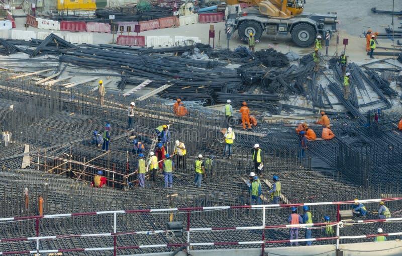 Trabajadores en un emplazamiento de la obra en los UAE fotos de archivo
