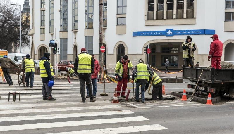Trabajadores en una construcción de carreteras, una industria y un trabajo en equipo fotos de archivo libres de regalías